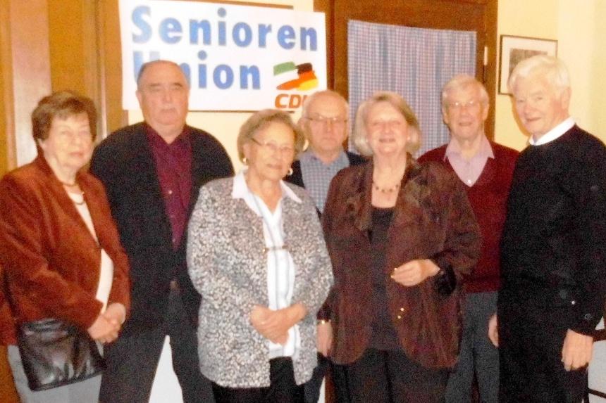 Der neue Vorstand der Senioren Union: Vorsitzende Christa Waschkowitz-Biggeleben (3.v.r.),<br /> Schriftführer Michael Waschkowitz (2.v.l.), Beisitzer: Rosi Rawe (3.v.l.), Gisela Jordan (1.v.l.), Kurt Reidegeld (1.v.r),<br /> Ewald Uhlmann (4.v.l.), Herbert Rawe (2.v.r.), nicht im Bild: Werner Horstmann und Stellvertreter Manfred Kleimeyer