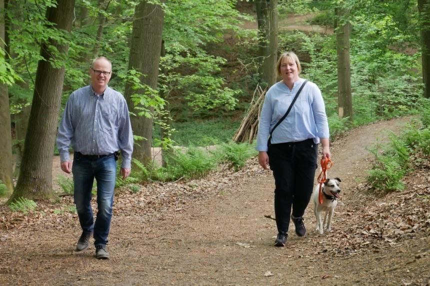 CDU-Landratskandidat Mathias Krümpel (li.) und Ruth Klaus-Karwisch (re.) wandern gemeinsam im Köllbachtal.