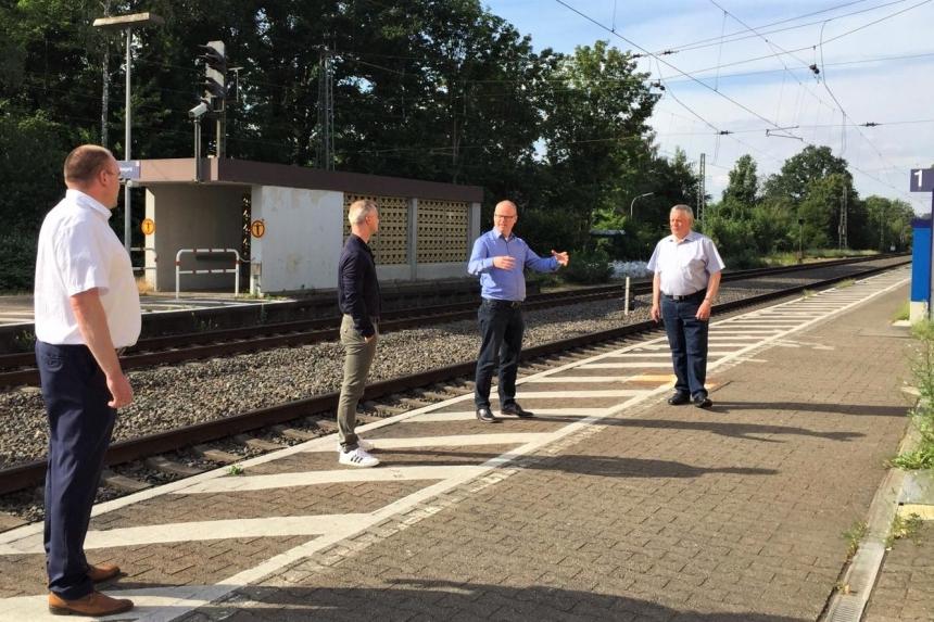 CDU-Landratskandidat Mathias Krümpel im Gespräch mit Vertretern der örtlichen CDU am Bahnhof Kattenvenne und auf der Skateranlage (jew. 2.v.r.)